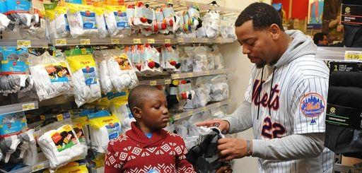 Mets rookie first baseman Dominichelps David Oche, 7,
