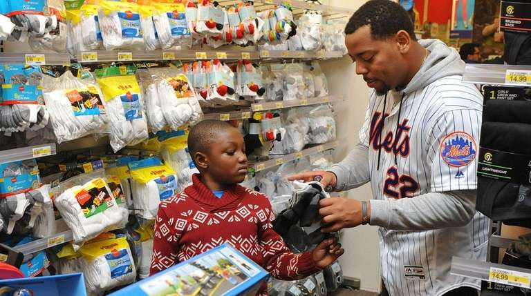 Mets rookie first baseman Dominic helps David Oche, 7,