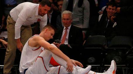 Kristaps Porzingis of the Knicks grabs his right