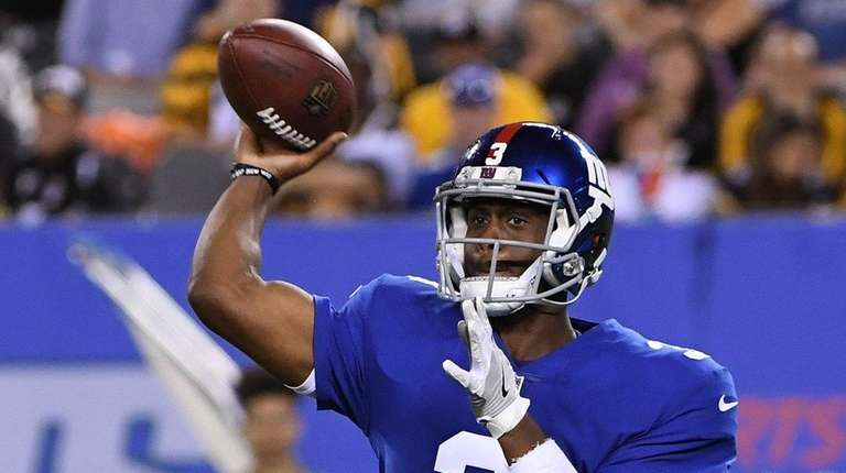 Giants quarterback Geno Smith passes l against the