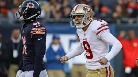 Robbie Gould of the 49ers celebrates kicking the