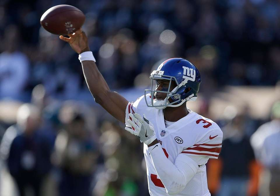 New York Giants quarterback Geno Smith (3) passes