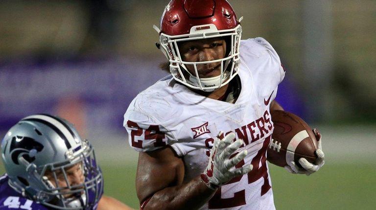 Oklahoma running back Rodney Anderson (24) gets past