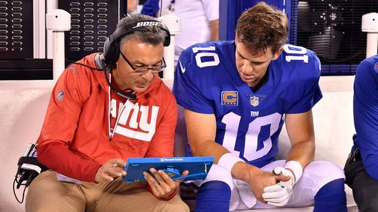 Giants offensive coordinator Mike Sullivan talks with quarterback