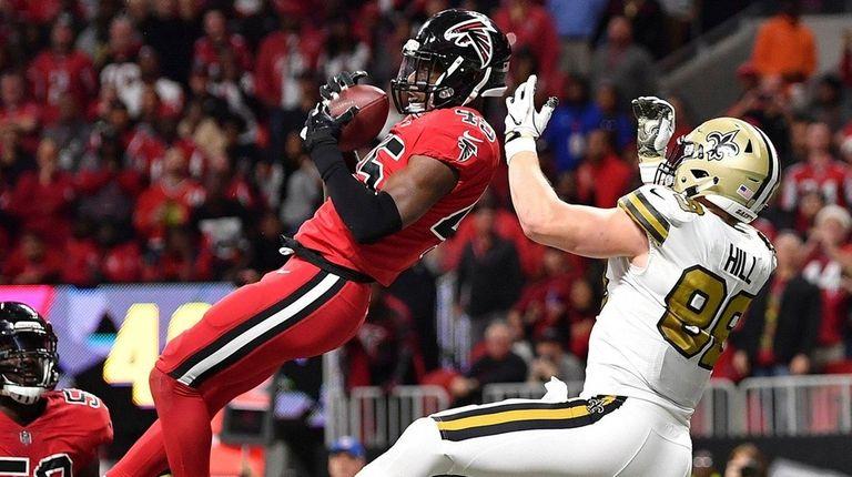 Falcons middle linebacker Deion Jones intercepts a ball