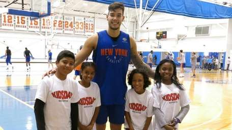 Knicks player Willy Hernangómez with Kidsday reporters, from