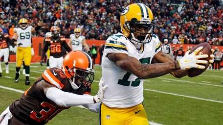 Packers wide receiver Davante Adams catches a 1-yard