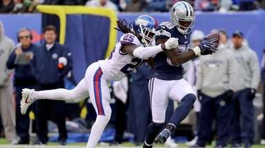 Dez Bryant of the Cowboys catches the ball