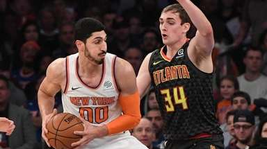 Knicks center Enes Kanter drives the ball against