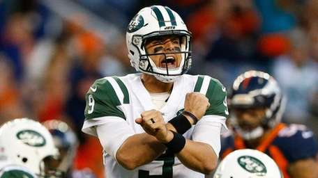 Bryce Petty of the Jets changes the play