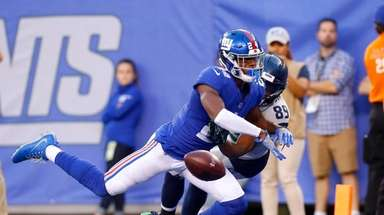 Giants cornerback Eli Apple breaks up a pass