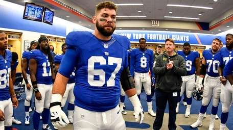 Giants guard Justin Pugh talks to his teammates