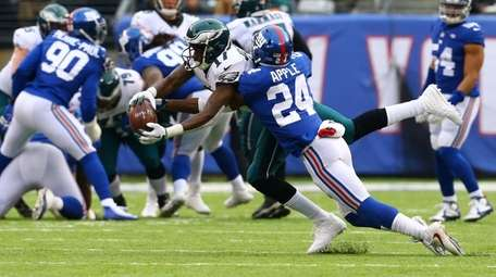 Alshon Jeffery of the Philadelphia Eagles catches a