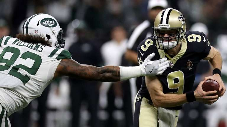 Jets lineman Leonard Williams pressures Saints quarterback Drew