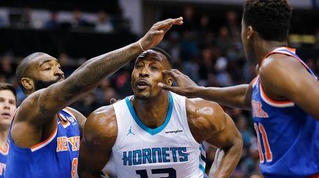 Hornets center Dwight Howard gets caught between Knicks