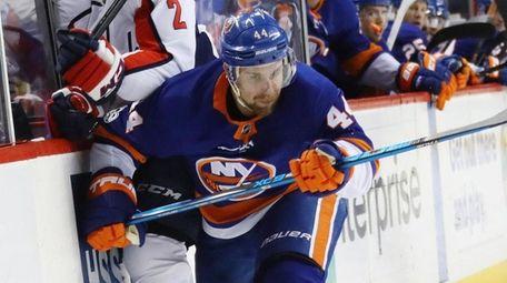 The Islanders' Calvin de Haan hits Capitals' Matt