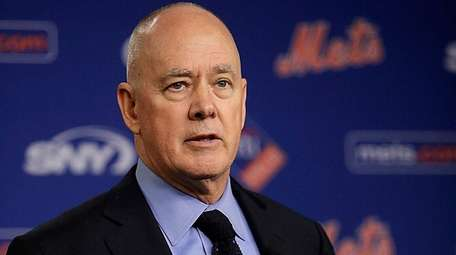 Mets general manager Sandy Alderson introduces Mickey Calloway