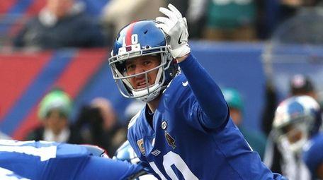 Eli Manning calls a play against the Philadelphia