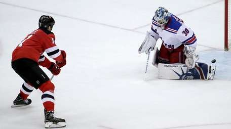 Devils center Brian Boyle scores on Rangers goalie