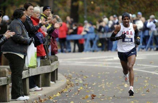 Crowds cheer on Meb Keflezighi in Central Park