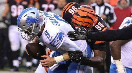 Bengals defensive end Carlos Dunlap sacks Detroit Lions