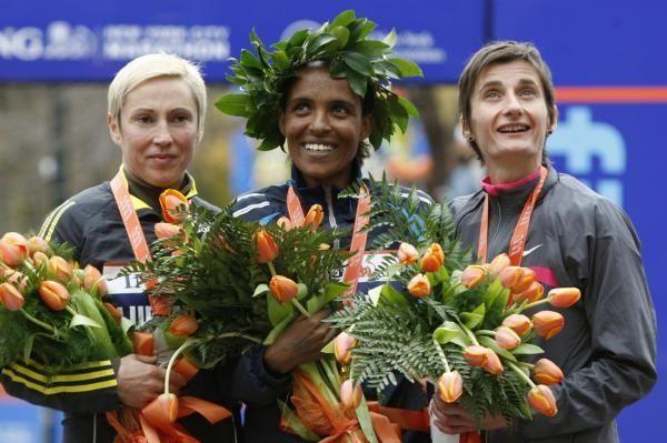 Women's marathon winner Derartu Tulu of Ethiopia, center,