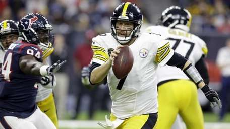 Pittsburgh Steelers quarterback Ben Roethlisberger (7) scrambles away