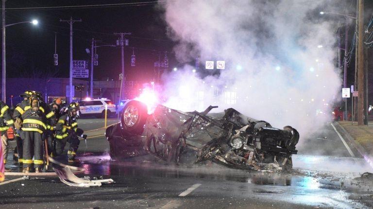 vehicle crash  hempstead turnpike leaves  hurt cops  newsday