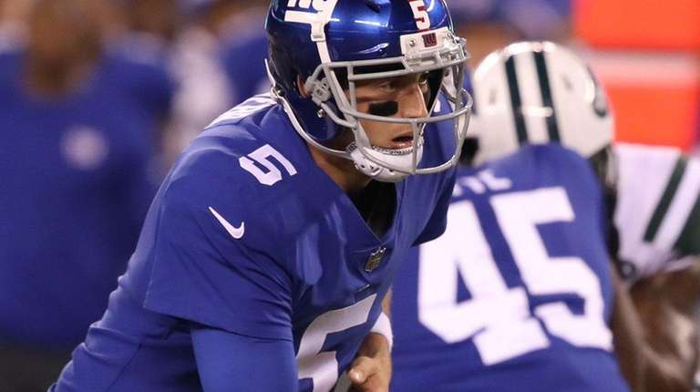 Giants rookie quarterback Davis Webb hands off