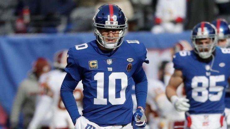 Giants quarterbacks Eli Manning and Davis Webb run