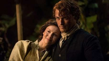 Caitriona Balfe and Sam Heughan in an episode