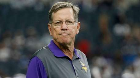 Then-Vikings offensive coordinator Norv Turner watches warmups before