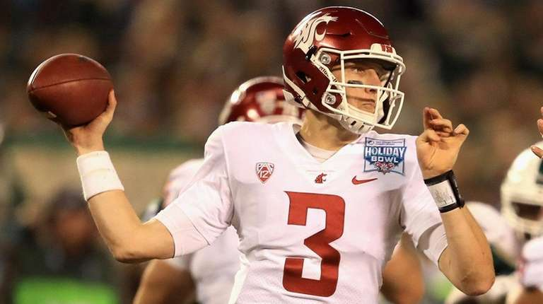 Tyler Hilinski of the Washington State Cougars passes