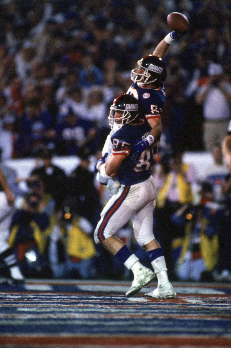 Tight end Mark Bavaro #89 lifts up wide