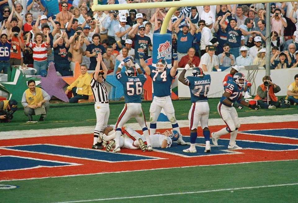 New York Giants defense Lawrence Taylor (56), Erik