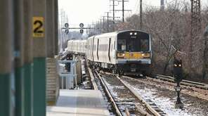An eastbound train approaches the Babylon LIRR station
