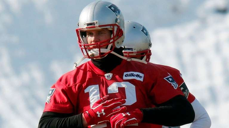 Tom Brady won't talk about hand injury, non-committal about Sunday