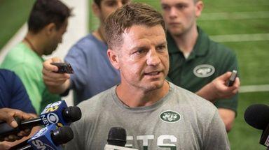 Jets quarterbacks coach Jeremy Bates speaks with the