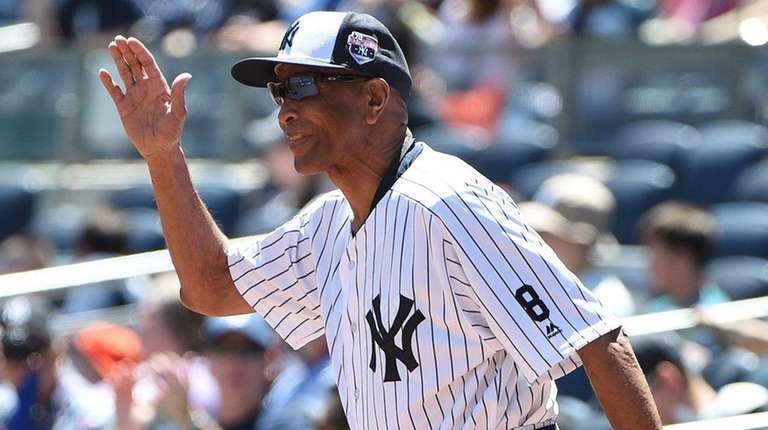 Former Yankee Oscar Gamble waves to fans during