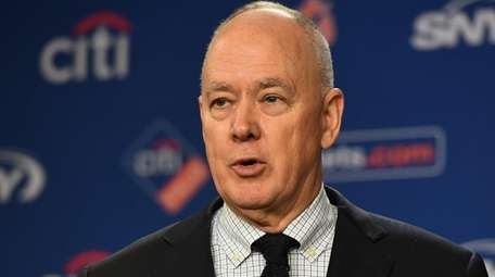 Mets general manager Sandy Alderson speaks at a