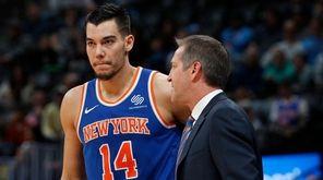 Knicks head coach Jeff Hornacek, right, confers with