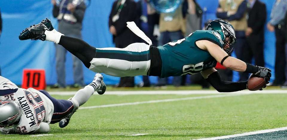 Philadelphia Eagles' Zach Ertz catches a touchdown pass