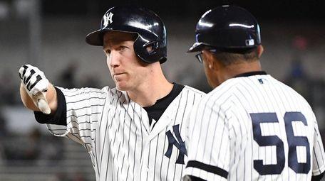 Yankees third baseman Todd Frazier gives a thumbs