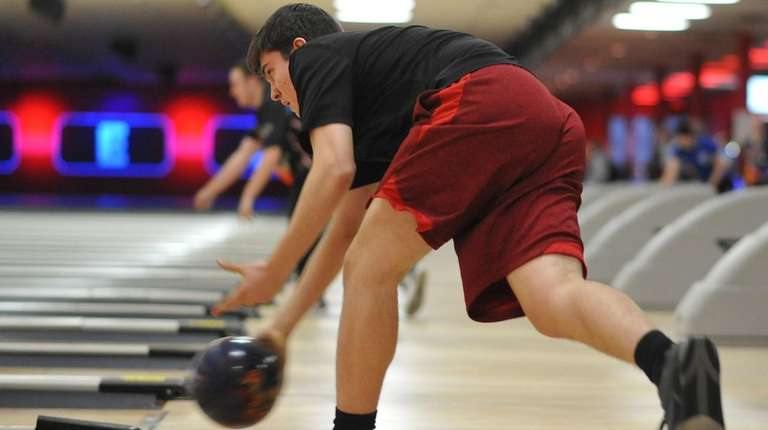 Steve McClelland of Plainedge rolls a frame during