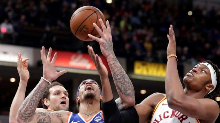 Knicks forward Michael Beasley (8) loses control of