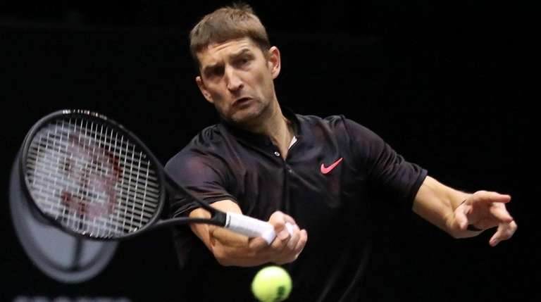 Max Mirnyi hits a forehand return against Leander