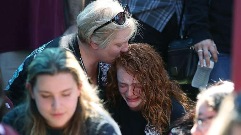 Tonja Kramer hugs her daughter Alyssa Kramer, 16,