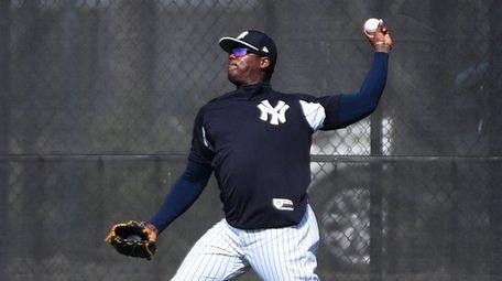 Yankees closer Aroldis Chapman loosens up at