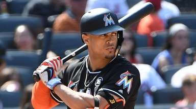 Giancarlo Stanton looks for his pitch from Mets