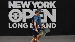 Bob Bryan and Mike Bryan play against Jeremy